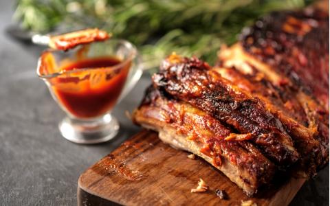 Свинячі реберця в медово-імбирному маринаді та соусом BBQ