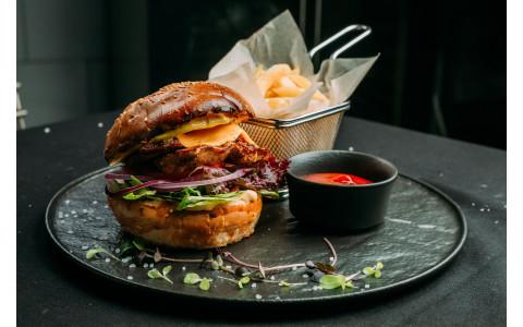 Бургер з курячим стейком, картоплею фрі та кетчупом
