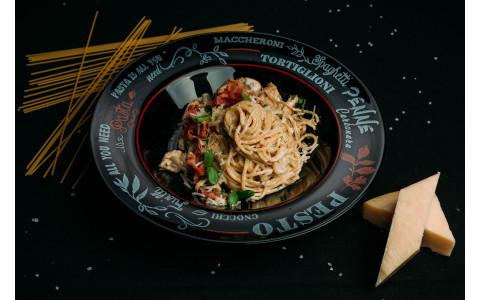 Спагетті з беконом, курячим філе та грибами в вершковому соусі