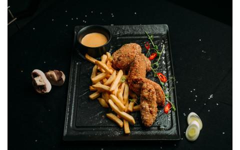 Крильця курячі в хрусткій паніровці з картоплею фрі та сирним соусом