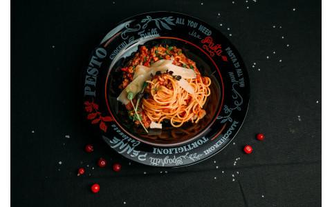 Спагетті зі смаженою яловичиною чілі в томатному соусі